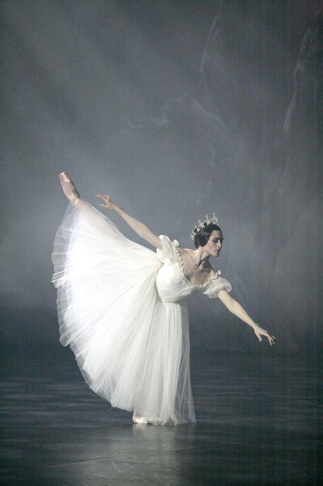 Emilie Cozette as Myrtha in <I>Giselle</I>.<br />© Sebastien Mathe. (Click image for larger version)
