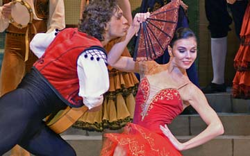 Ivan Vasiliev and Natalia Osipova in Don Quixote.© Dave Morgan. (Click image for larger version)