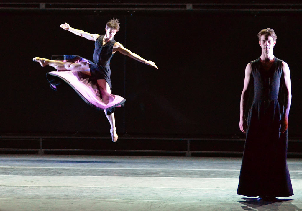Mikhailovsky Ballet in Nacho Duato's Multiplicity: Forms of Silence and Emptiness.© Dave Morgan. (Click image for larger version)