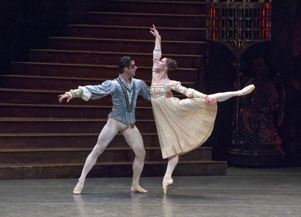 Marcelo Gomes and Polina Semionova in <I>Romeo and Juliet</I>.<br />© and provided by HK Leisure & Cultural Services Department<br />(Click image for larger version)