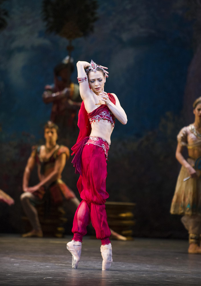 Roberta Marquez in <I>La Bayadere</I>.<br />© Tristram Kenton, courtesy the Royal Opera House. (Click image for larger version)
