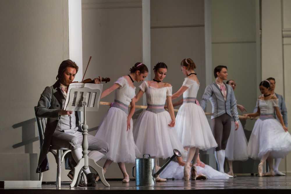 Yekaterinburg Ballet in Le Conservatoire.© Sergei Gutnik. (Click image for larger version)