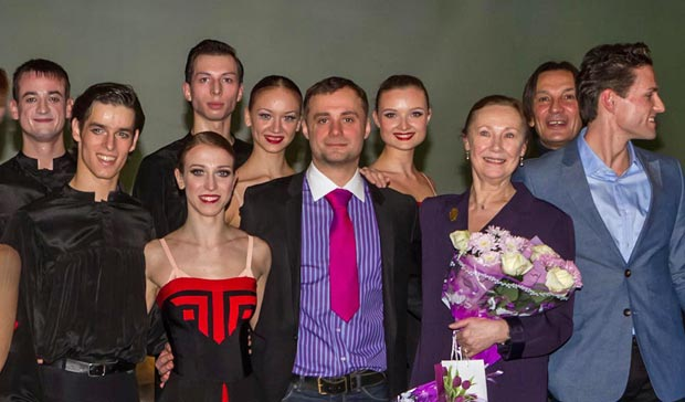 Slava Samodurov, surrounded by his company after their <I>Five Tangos</I> premiere.<br />© Sergei Gutnik. (Click image for larger version)