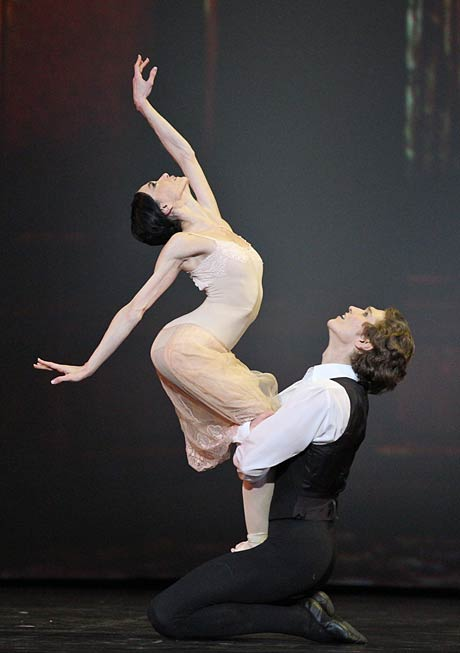 Lucia Lacarra and Marlon Dino in <i>Lady of the Camelias</i>.<br />© Stas Levshin. (Click image for larger version)