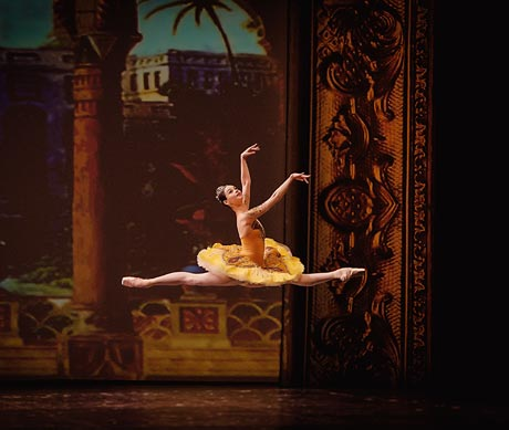 Anastasia Kolegova in <I>La Bayadere</I>.<br />© Vladimir Cherenkov. (Click image for larger version)