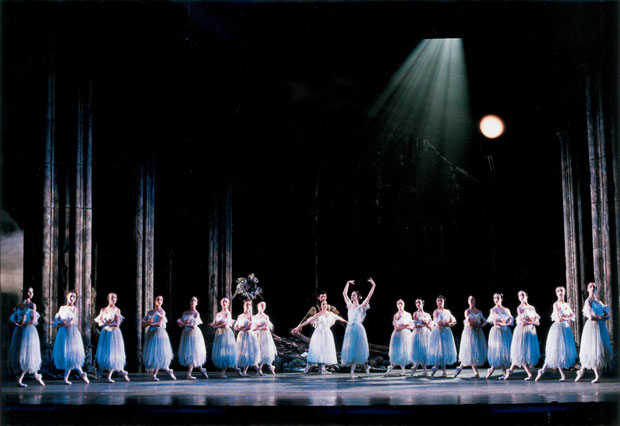 Birmingham Royal Ballet in <I>Giselle</I>.<br />© Bill Cooper. (Click image for larger version)