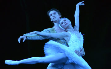 Daria Klimentova and Vadim Muntagirov in Swan Lake.© Dave Morgan. (Click image for larger version)