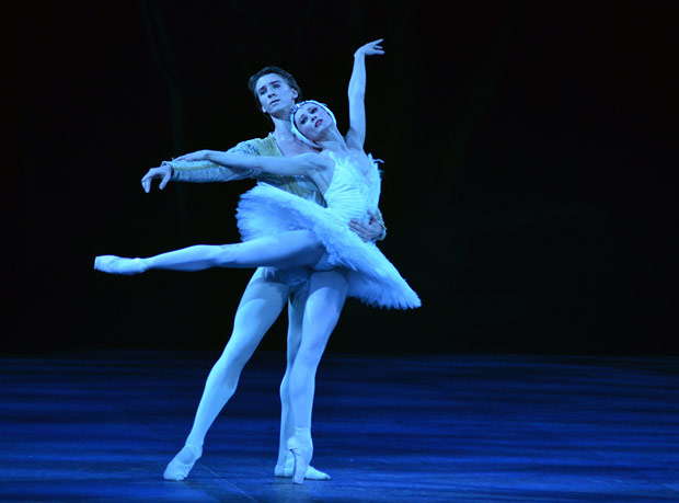 Daria Klimentova and Vadim Muntagirov in <I>Swan Lake</I>.<br />© Dave Morgan. (Click image for larger version)