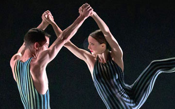 Hannah Bateman and Tobias Batley in Concertante.© E Kauldhar. (Click image for larger version)