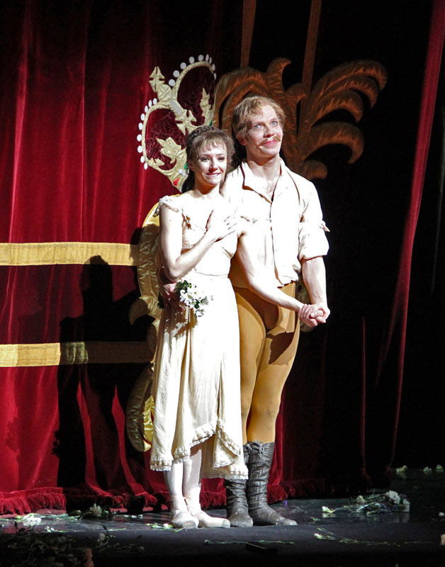 Johan Kobborg and Alina Cojocaru at their farewell curtain calls.© Ellen West, courtesy the Royal Opera House.