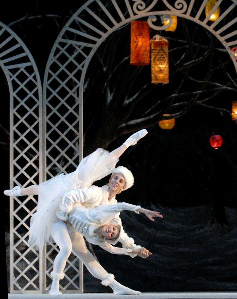 Sarasota Ballet's Jamie Carter and Christine Peixoto in <I>Les Patineurs</I>.<br />© Linda Spillers. (Click image for larger version)