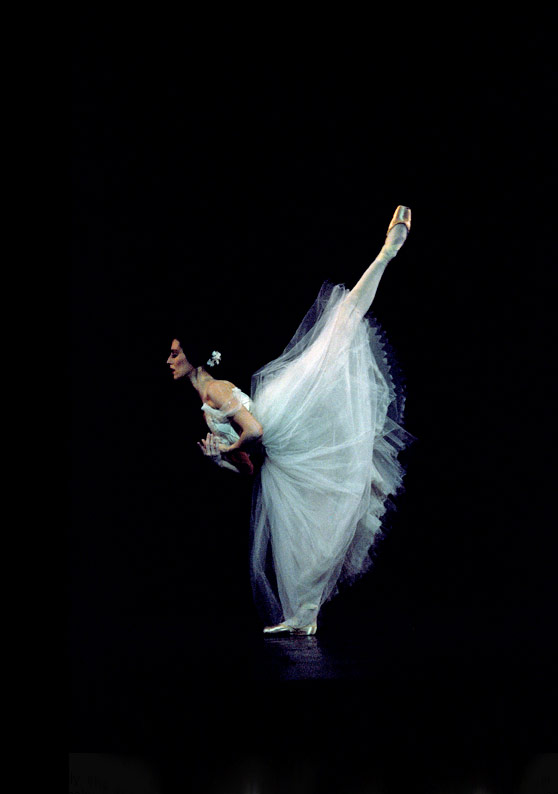 Sonia Rodriguez in <I>Giselle</I>.<br />© cylla von Tiedemann. (Click image for larger version)