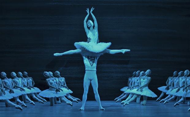Maria Alexandrova and Ruslan Skvortsov in <I>Swan Lake</I>.<br />© Dave Morgan. (Click image for larger version)