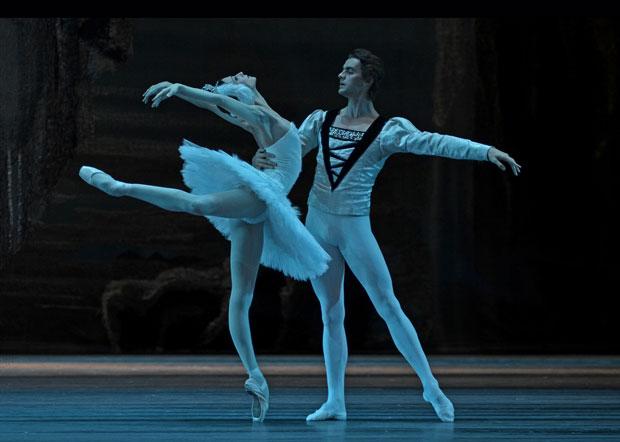 Svetlana Zakharova and Alexander Volchkov in <I>Swan Lake</I>.<br />© Dave Morgan. (Click image for larger version)