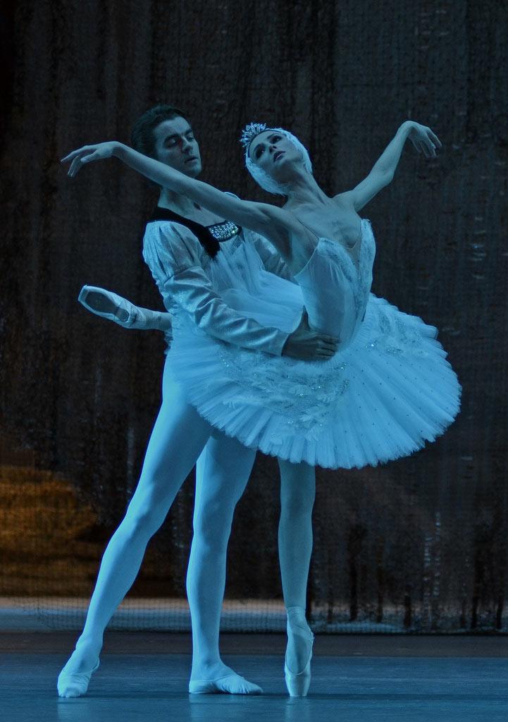 Svetlana Zakharova and Alexander Volchkov in Swan Lake.© Dave Morgan. (Click image for larger version)