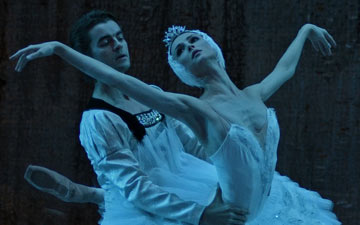 Svetlana Zakharova and Alexander Volchkov in Swan Lake.© Dave Morgan. (Click image for larger version)