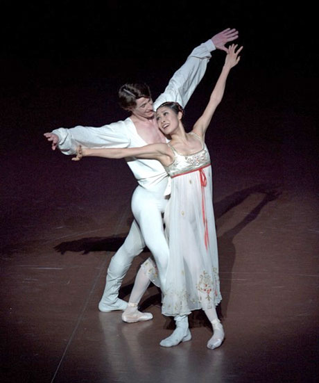 Hyo-Jung Kang and Alexander Jones in Romeo and Juliet.© Stuttgart Ballet.