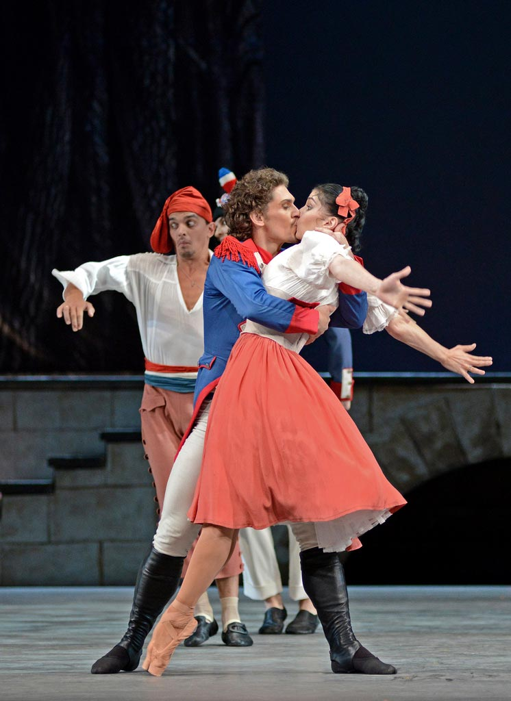 Natalia Osipova and Ivan Vasiliev in <I>The Flames of Paris</I>.<br />© Dave Morgan. (Click image for larger version)