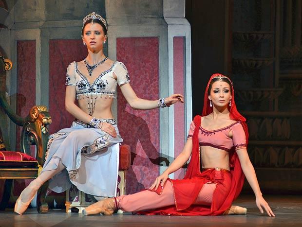 Anna Tikhomirova and Evgenia Obraztsova in <I>La Bayadère</I>.<br />© Dave Morgan. (Click image for larger version)