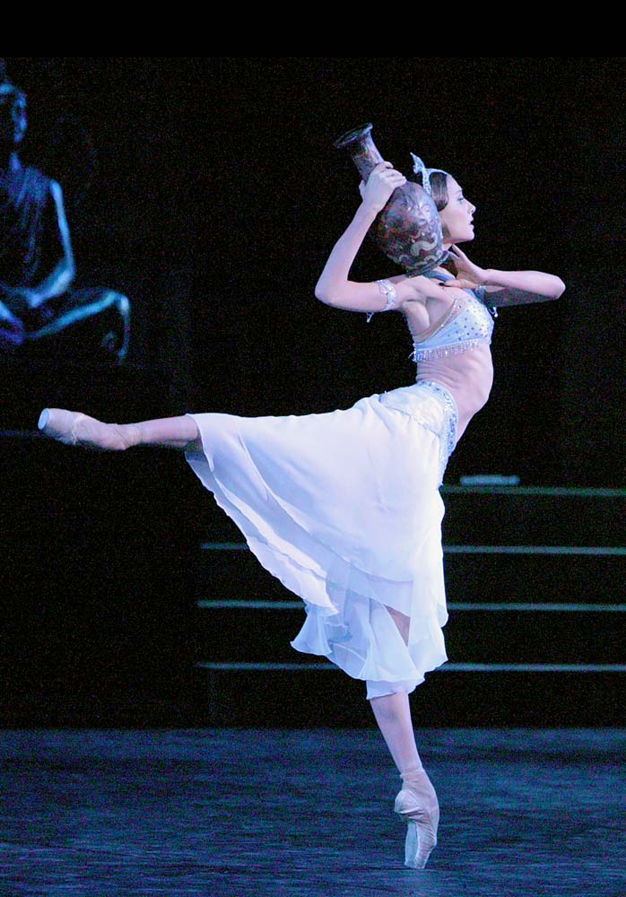 Svetlana Zakharova in La Bayadere.© Damir Yusupov. (Click image for larger version)