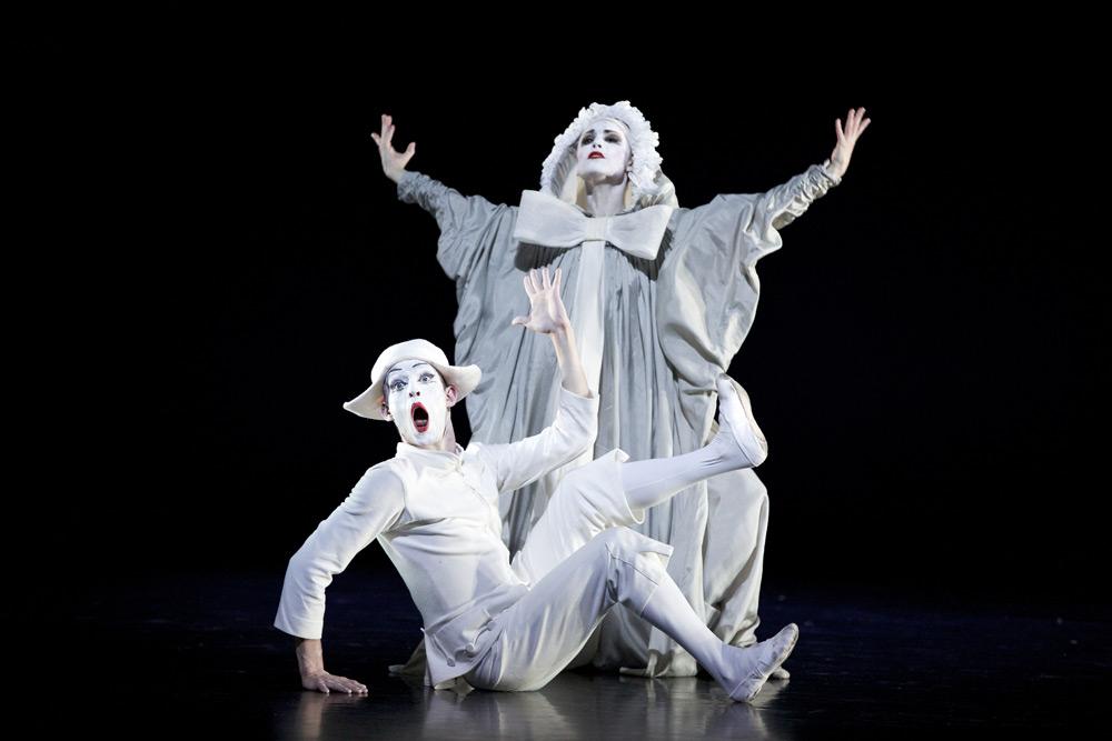 Luke Ahmet and Bethany Kingsley-Garner in Glen Tetley's Pierrot Lunaire for Scottish Ballet's Dance Odysseys.© Andrew Ross. (Click image for larger version)