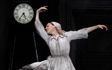 Leanne Stojmenov in Cinderella.© Jeff Busby. (Click image for larger version)