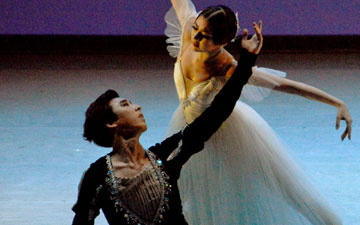 Ye Lim Choi and Sung-Woo Han in Giselle, Act 2 Pas de Deux:.© Sunkyung Jang. (Click image for larger version)