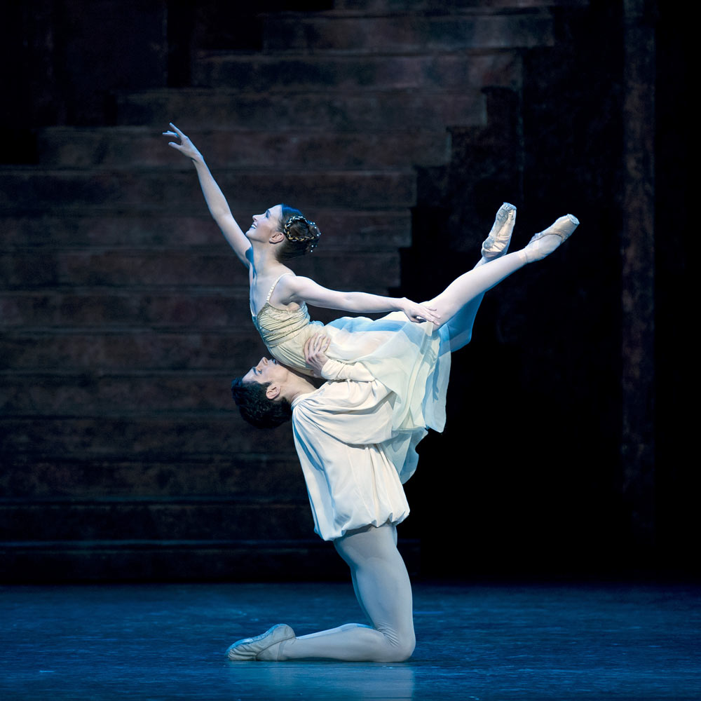 Lauren Cuthbertson and Federico Bonelli in <B>Romeo and Juliet</B>.<br />© ROH/Bill Cooper. (Click image for larger version)