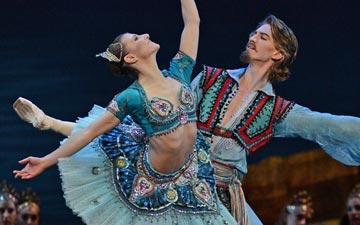 Alina Cojocaru and Vadim Muntagirov in Le Corsaire.© Dave Morgan. (Click image for larger version)