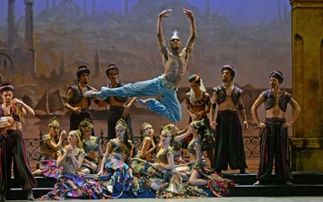 Junor Souza as Ali in Le Corsaire.© Dave Morgan. (Click image for larger version)