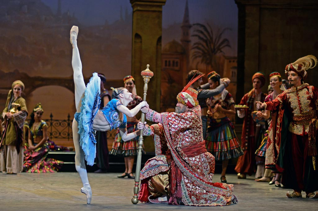 Michael Coleman and Alina Cojocaru in <I>Le Corsaire</I>.<br />© Dave Morgan. (Click image for larger version)