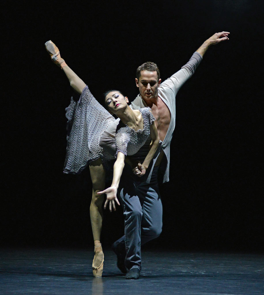 Yuan Yuan Tan and Damian Smith in Edwaard Liang's <I>Finding Light</I>.<br />© Dave Morgan. (Click image for larger version)