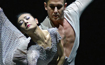 Yuan Yuan Tan and Damian Smith in Edwaard Liang's Finding Light.© Dave Morgan. (Click image for larger version)