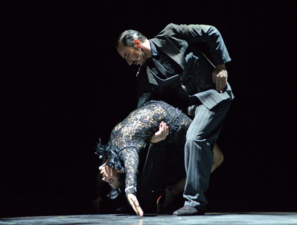 Esther Garabaldi and Martin Epherra in milonga.© Dave Morgan. (Click image for larger version)