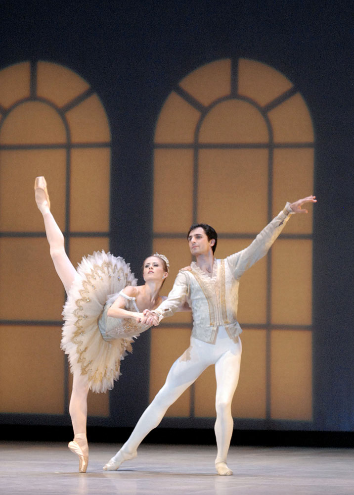 Heather Ogden and Pavel Gurevich in <I>Pas de Dix</I>.<br />© Linda Spillers. (Click image for larger version)