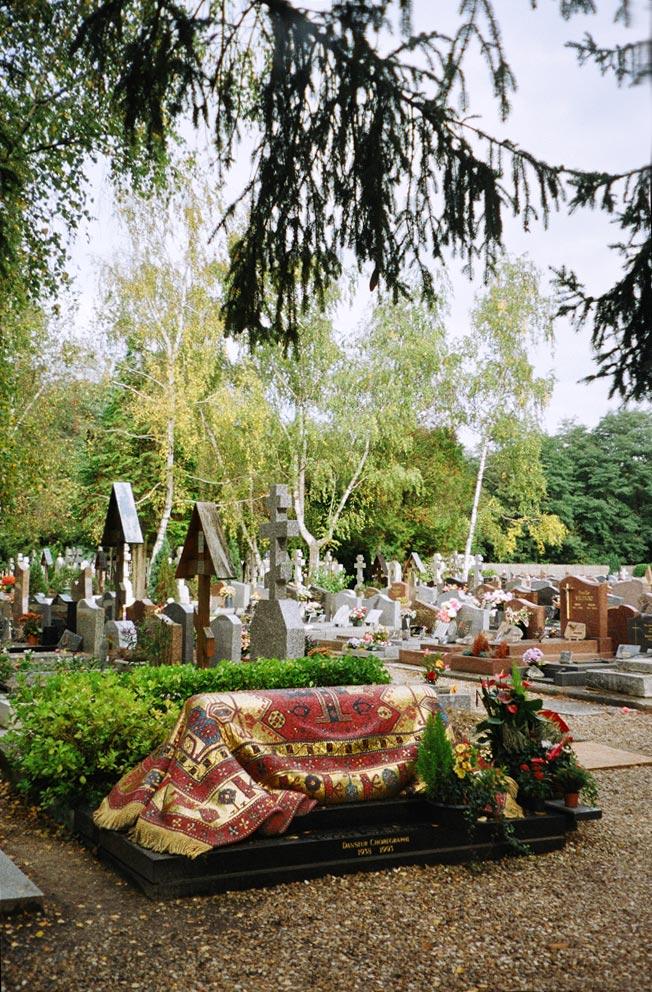 Nureyev's Grave in the Russian cemetery at Sainte-Geneviève-des-Bois, Paris. It was designed by Ezio Frigerio.<br />© Paul Arrowsmith. (Click image for larger version)