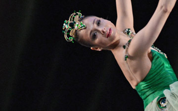 Roberta Marquez in Emeralds, part of Jewels.© Dave Morgan, by kind permission of the Royal Opera House. (Click image for larger version)