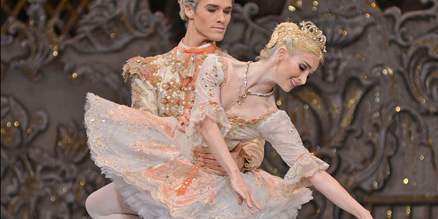 Lauren Cuthbertson and Cory Stearns in <I>The Nutcracker</I>.<br />© Dave Morgan, by kind permission of the Royal Opera House. (Click image for larger version)