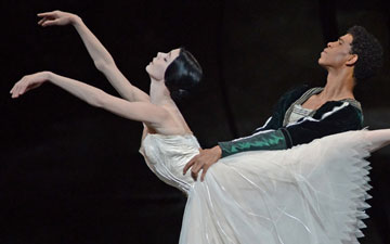 Natalia Osipova and Carlos Acosta in Giselle.© Dave Morgan, courtesy the Royal Opera House. (Click image for larger version)