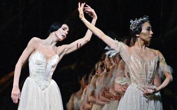 Natalia Osipova and Hikaru Kobayashi in Giselle.© Dave Morgan, courtesy the Royal Opera House. (Click image for larger version)