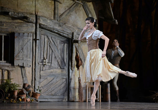 Natalia Osipova in <I>Giselle</I>, Carlos Acosta in background.<br />© Dave Morgan, courtesy the Royal Opera House. (Click image for larger version)