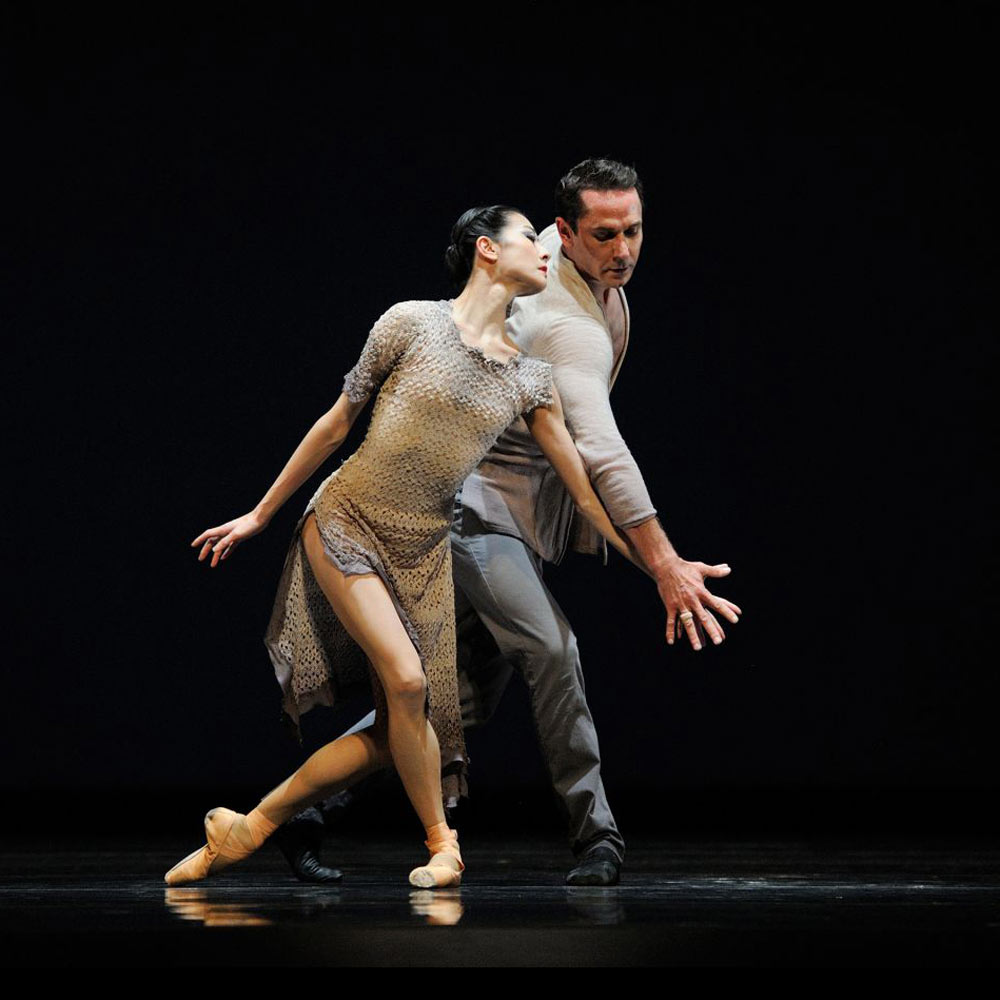 Yuan Yuan Tan and Damian Smith in Liang's <I>Finding Light</I>.<br />© Erik Tomasson. (Click image for larger version)