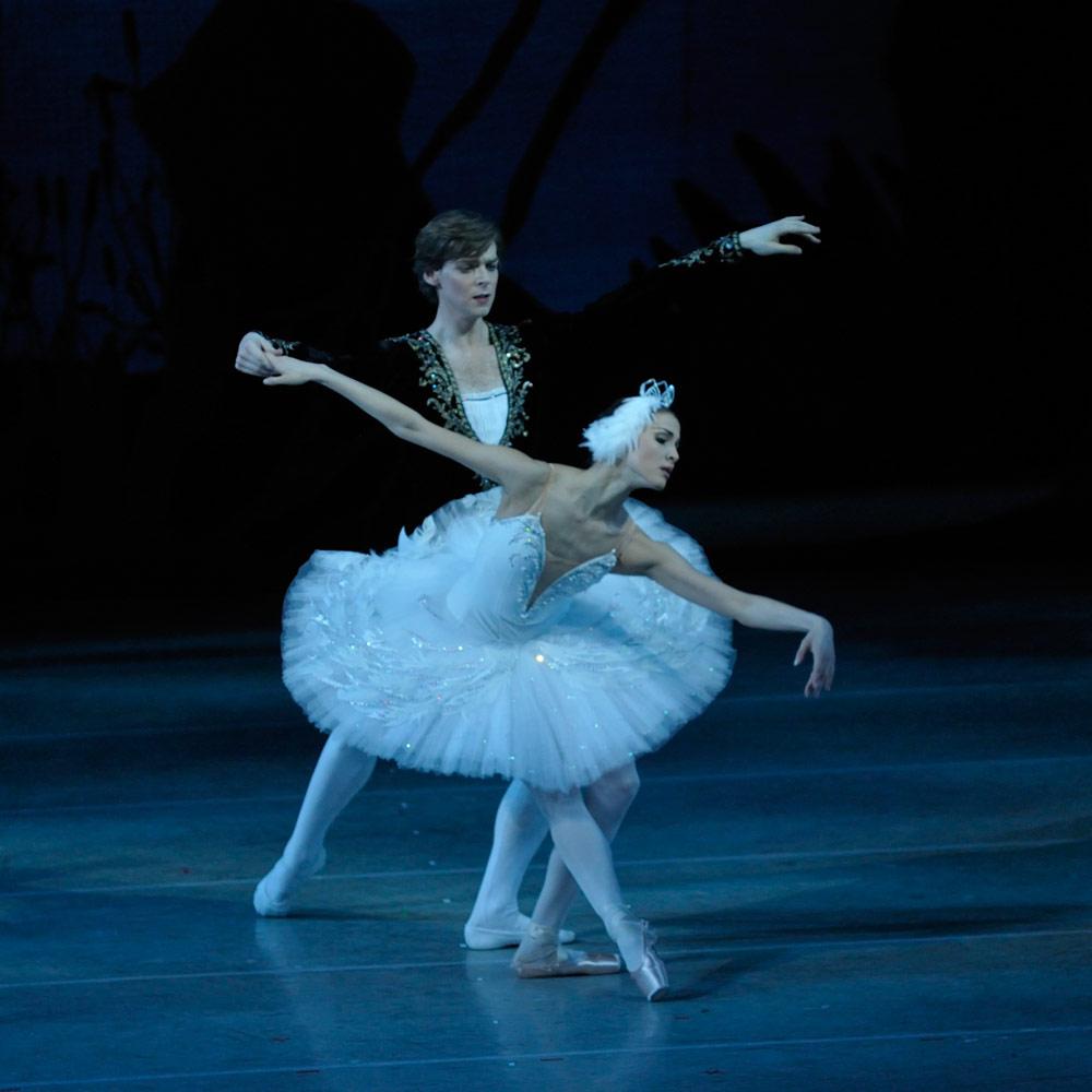 Alina Somova and Vladimir Shklyarov in <B>Swan Lake</B>.<br />© V Baranovsky. (Click image for larger version)