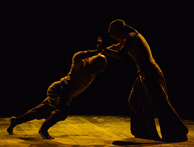 Akram Khan and Tamara Rojo in <I>Dust</I>.<br />© Dave Morgan. (Click image for larger version)