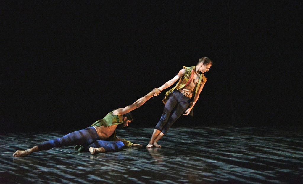Alina Cojocaru and Junor Souza in Russell Maliphant's <I>Second Breath</I>.<br />© Dave Morgan. (Click image for larger version)
