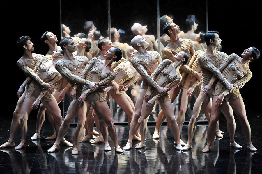 Malandain Ballet Biarritz in <I>Magifique</I>.<br />© Olivier Houeix. (Click image for larger version)