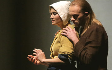 Amelia Forrest (Servant) and Filip Michalak (Master) in Light by Izadora Weiss.© Sebastian Cwikla. (Click image for larger version)