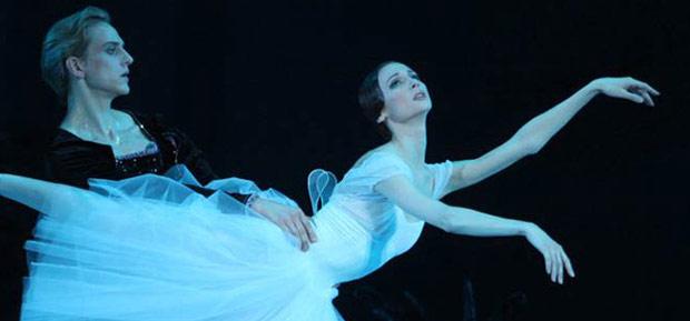 Svetlana Zakharova and David Hallberg in <I>Giselle</I>.<br />© Elena Fetisova. (Click image for larger version)