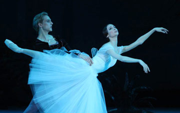 Svetlana Zakharova and David Hallberg in Giselle.© Elena Fetisova. (Click image for larger version)