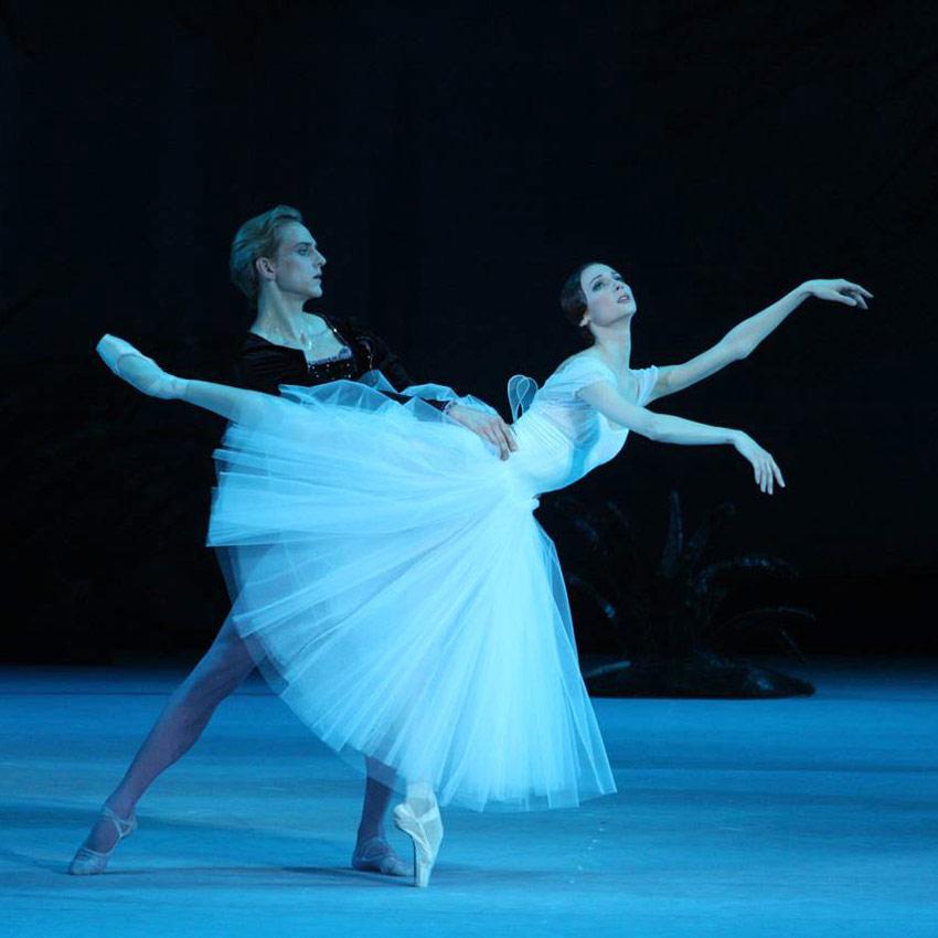Svetlana Zakharova and David Hallberg in Giselle.© Elena Fetisova. (Click image for larger version)